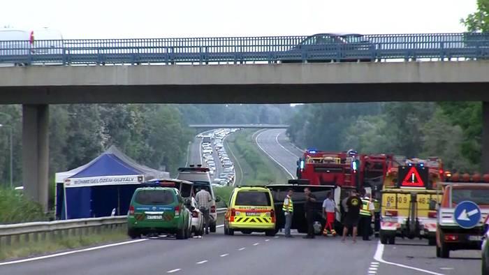 Video: Reisebusunfall auf der Autobahn M7: 8 Tote und Dutzende Verletzte