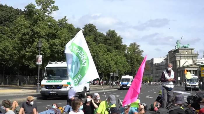 News video: Berlin: Sitzblockade am Brandenburger Tor für mehr