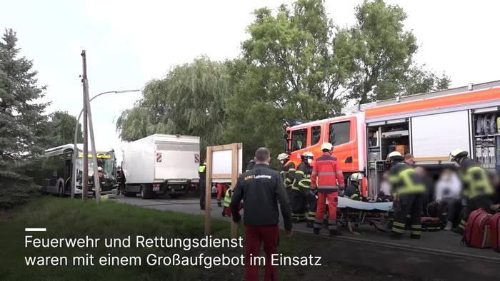 News video: Hamburg: Mit Kindern besetzter Bus und LKW stoßen zusammen