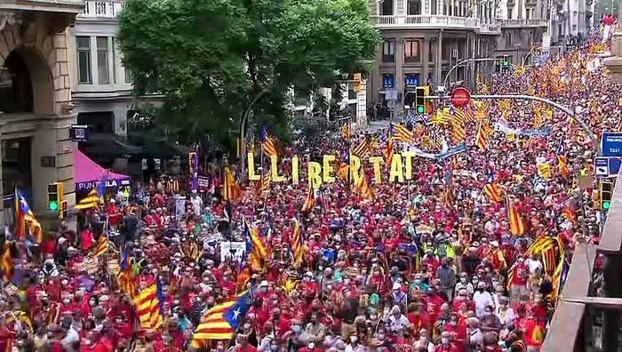 News video: Mehr als 100.000 Katalanen fordern Unabhängigkeit von Spanien