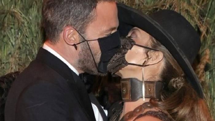 News video: So heiß kann eine Maske sein: Kuss von Bennifer haut alle um