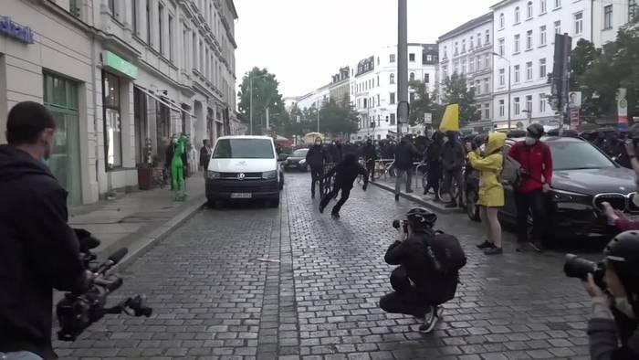 News video: Demonstration in Leipzig: Steinwürfe & brennende Barrikaden