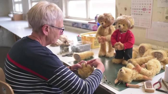 Video: Ungewöhnliche Ehrung: Coburger Firma produziert Merkel-Teddy