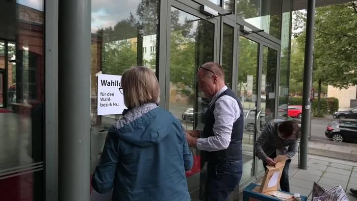 News video: Schließanlage streikt - Feuerwehr öffnet Berliner Wahllokal