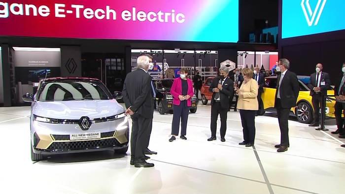 News video: Besuch von Bundeskanzlerin Angela Merkel auf dem Renault-Stand in München (IAA) mit Luca de Meo, CEO der Renault-Gruppe